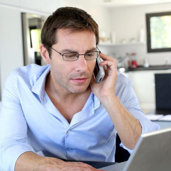Projektleiter mit globalem virtuellen Team gestresst am Telefon