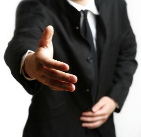 Ein Mann streckt höflich die Hand aus. Britische Höflichkeit
