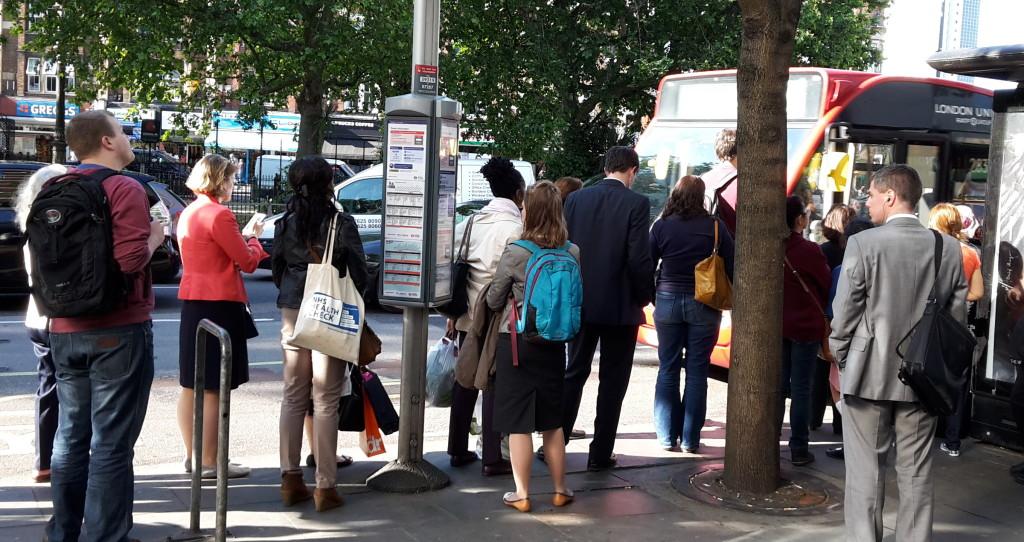 Warum Briten an der Bushaltestelle Schlange stehen