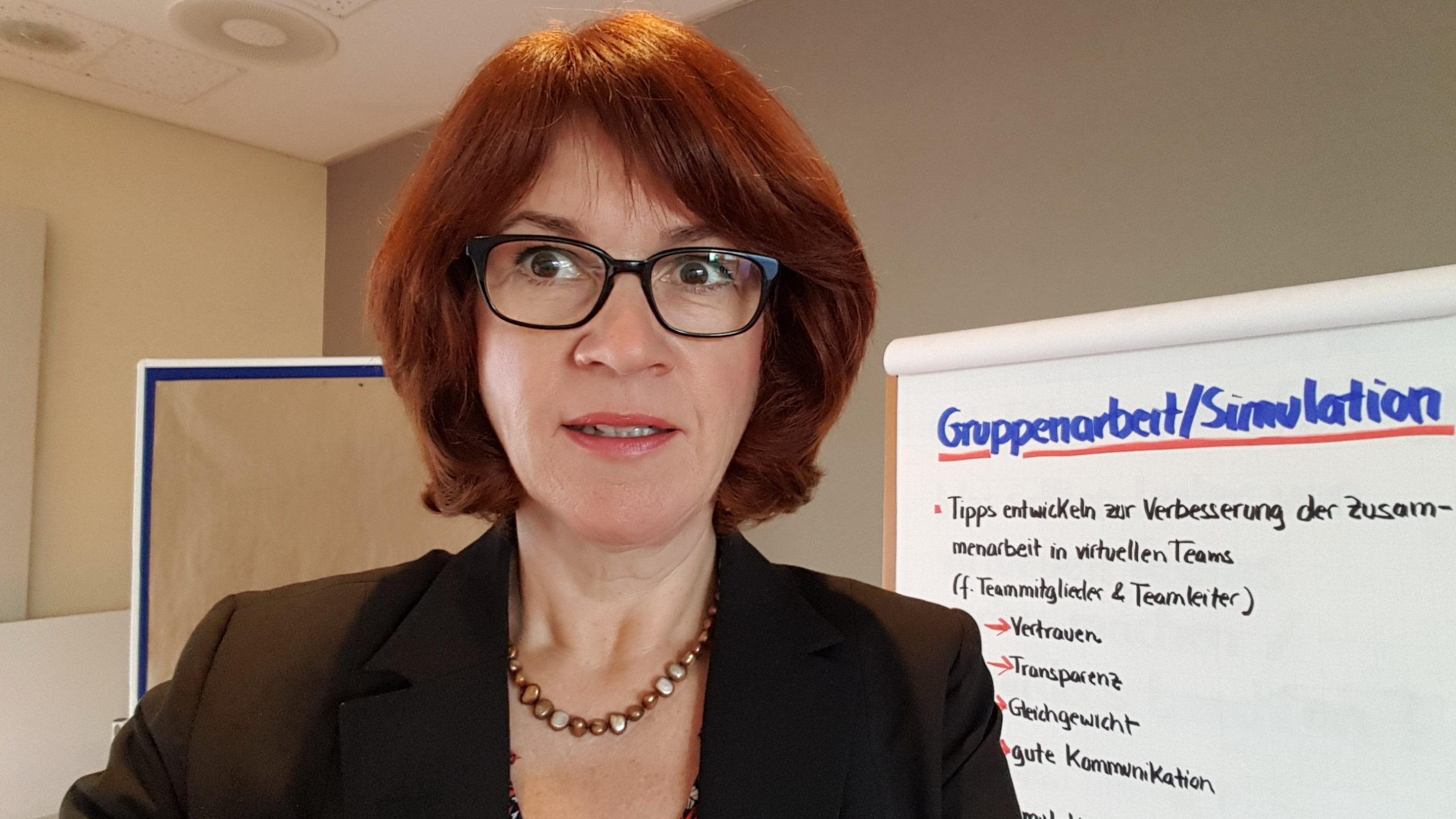 Seminar virtuelle Teams fuehren - Gudrun Hoehne - vor Flipchar